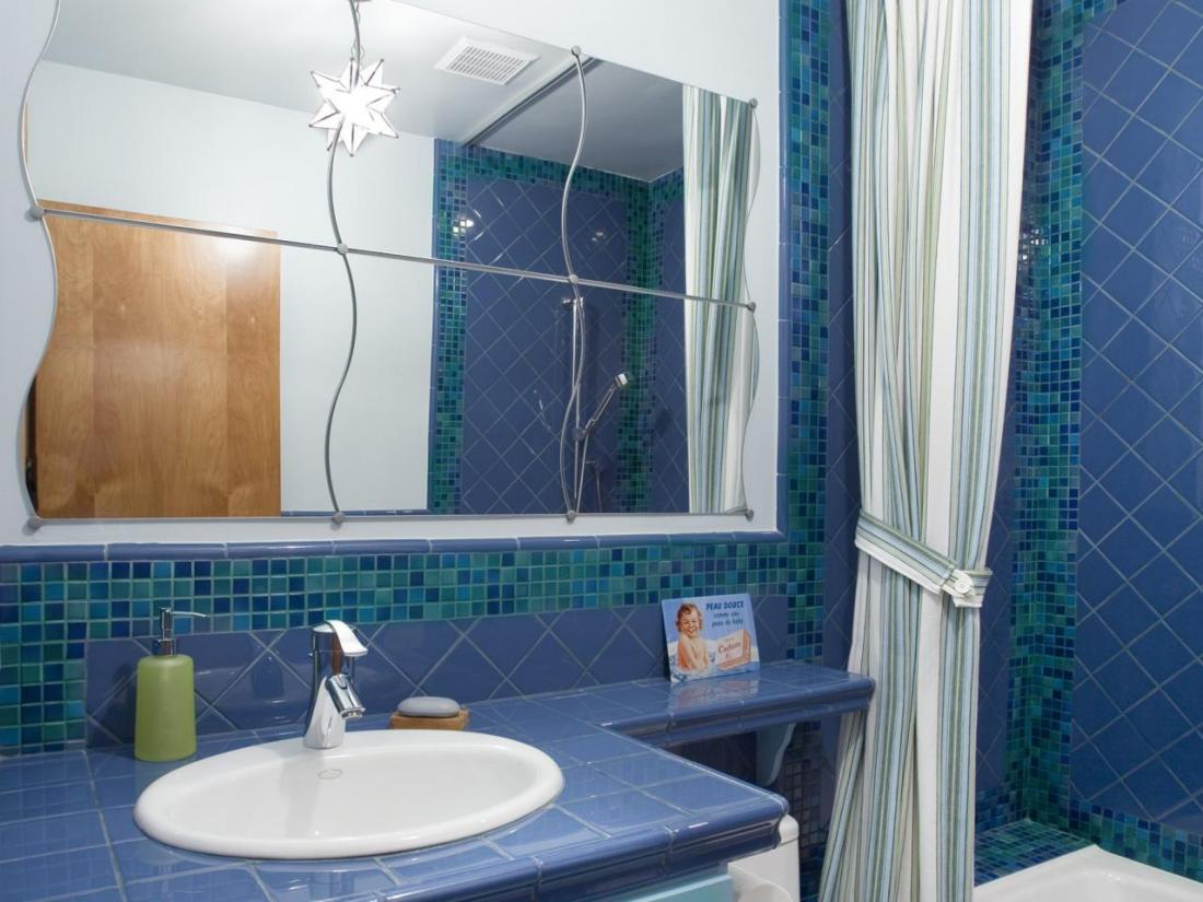 soothing blue bathroom color scheme